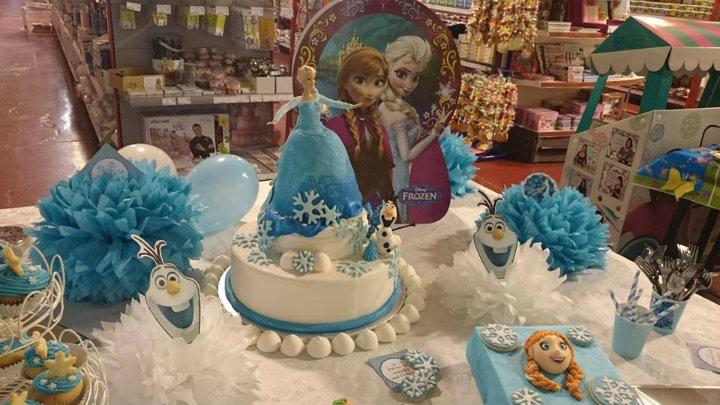 Esta es la mesa expositora que os encontraréis estos días nada más entrar en nuestra tienda de Snack Market, con tarta,princesa, pompones de papel,