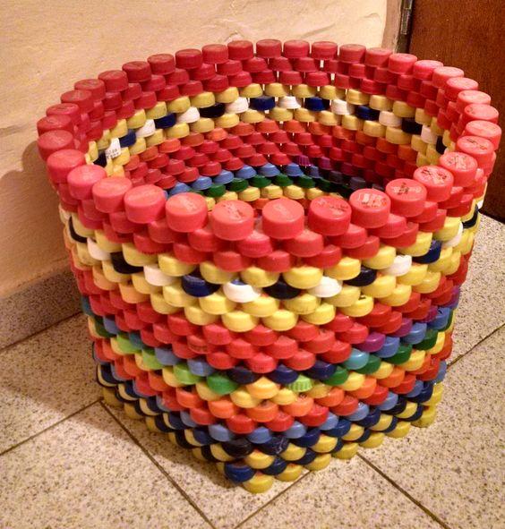 cubo hecho de tapones