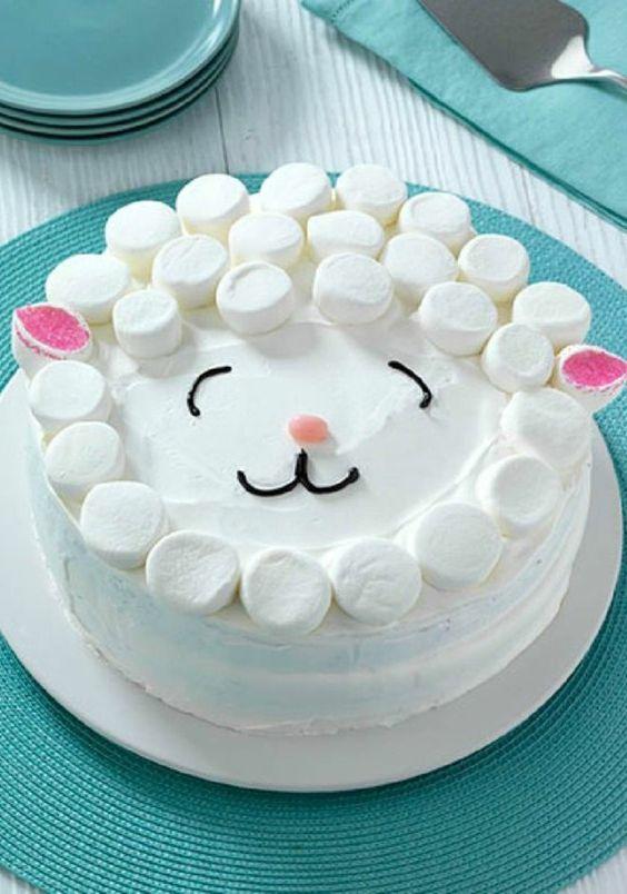 tarta con golosinas y bizcocho