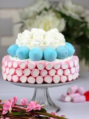tarta de cumpleaños con golosinas